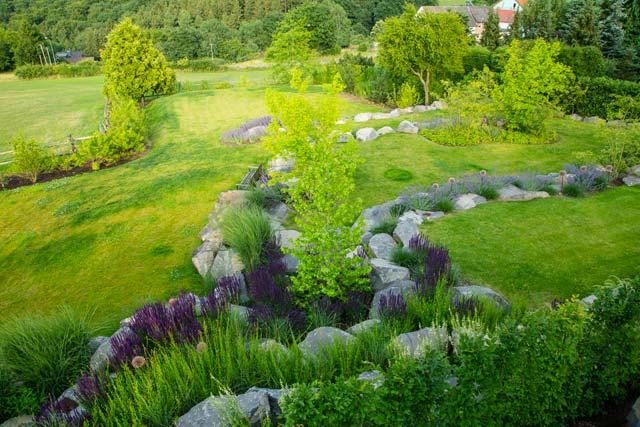 Naturgarten Gehölze Stauden Natursteine große Grünflächen Peter Berg