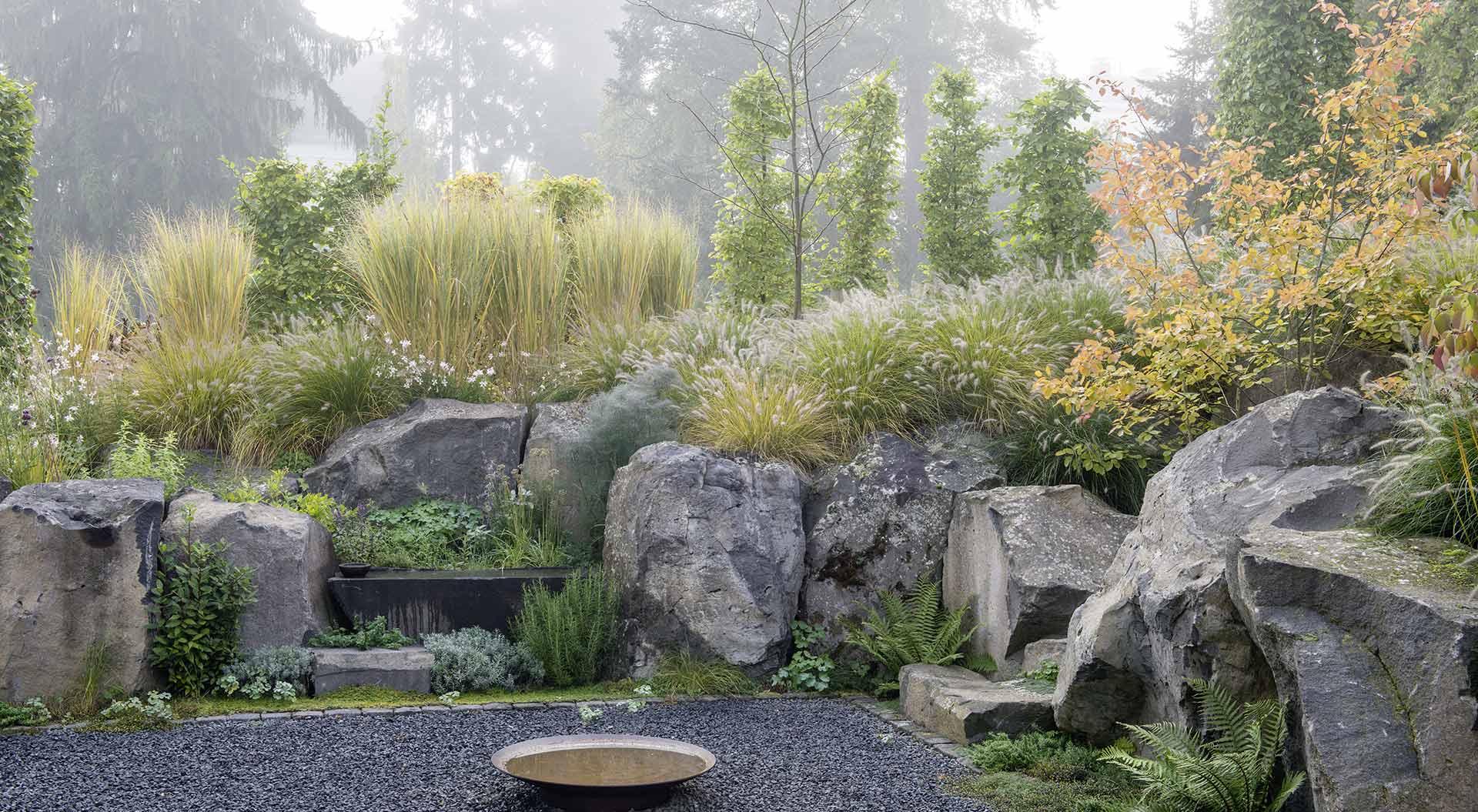 Garten-Lichtung vor Steinen und angrenzendem Wald