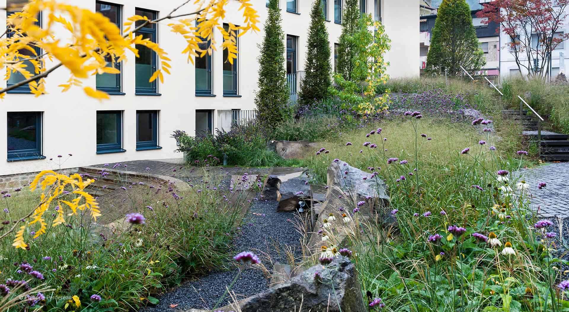 Kiesweg und Treppe im Garten vor Sparkassengebäude