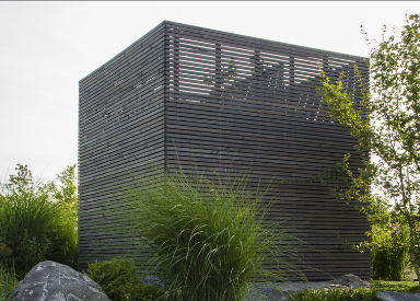 Gartenausführung mit Pflanzen, Naturstein und Holz
