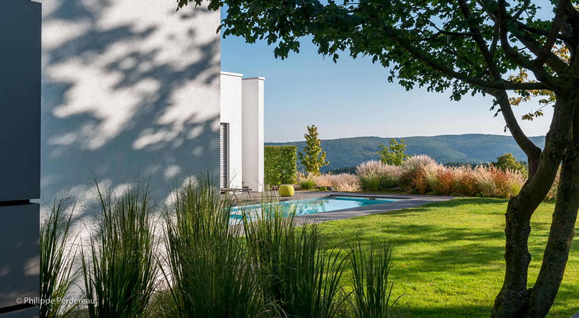 Garten mit Pool und Blick in Ferne