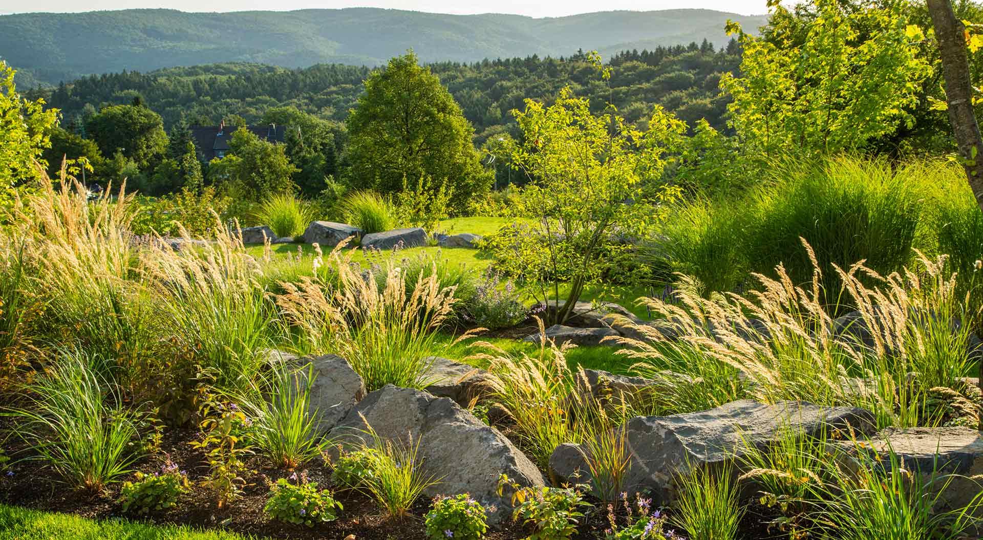 Garten vor weitläufiger Landschaft in der Eifel
