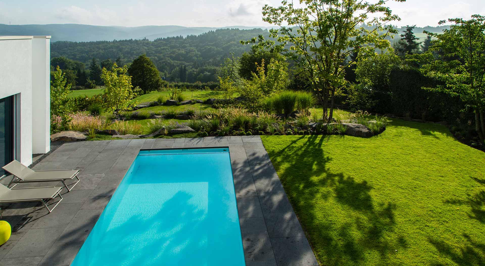 Garten mit moderner Terrasse und Pool sowie Blick ins Grüne