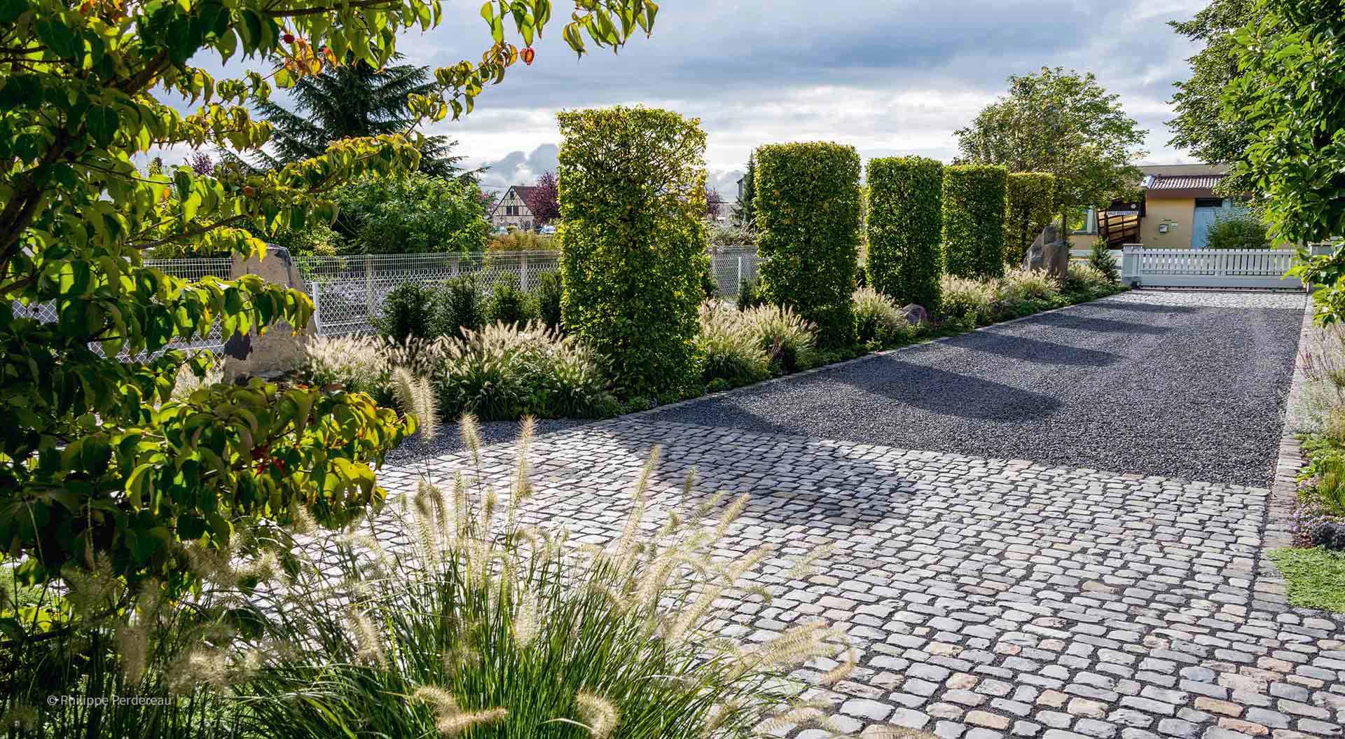 Einfahrt und Hof neben Pflanzen