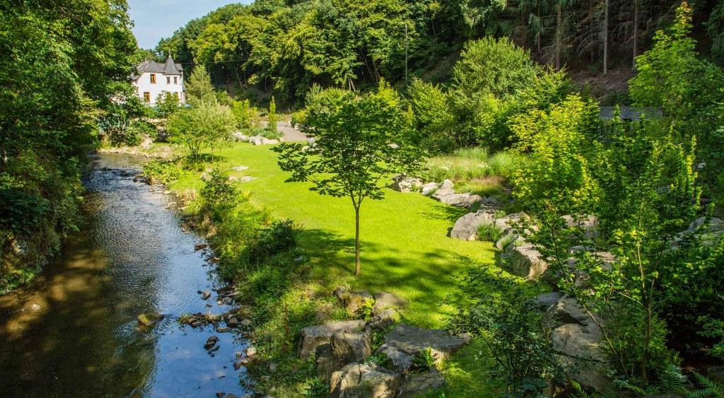 Anlage des Firmengartens mit Haus und Wasser
