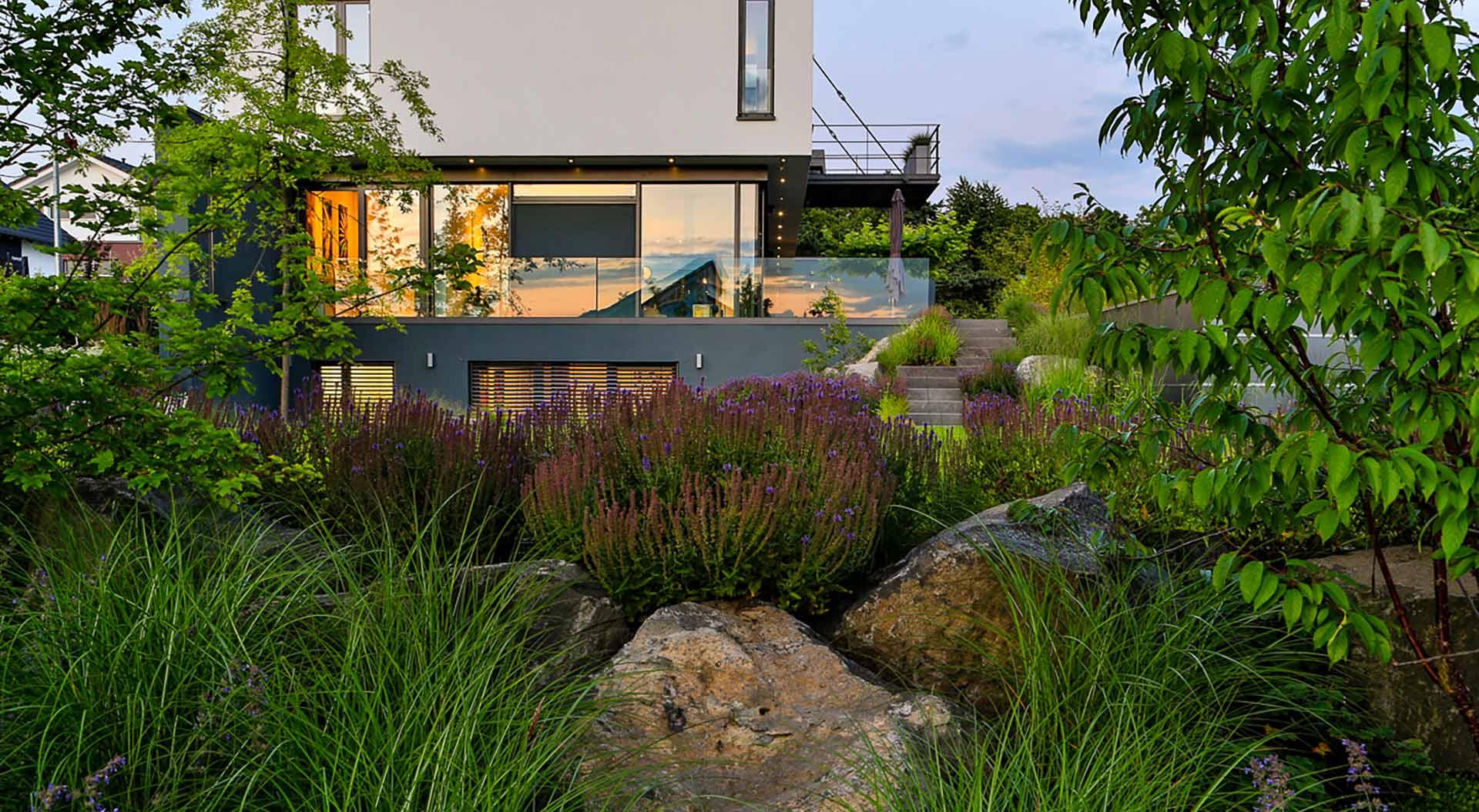 Blick auf Pflanzen vor modernem Balkon
