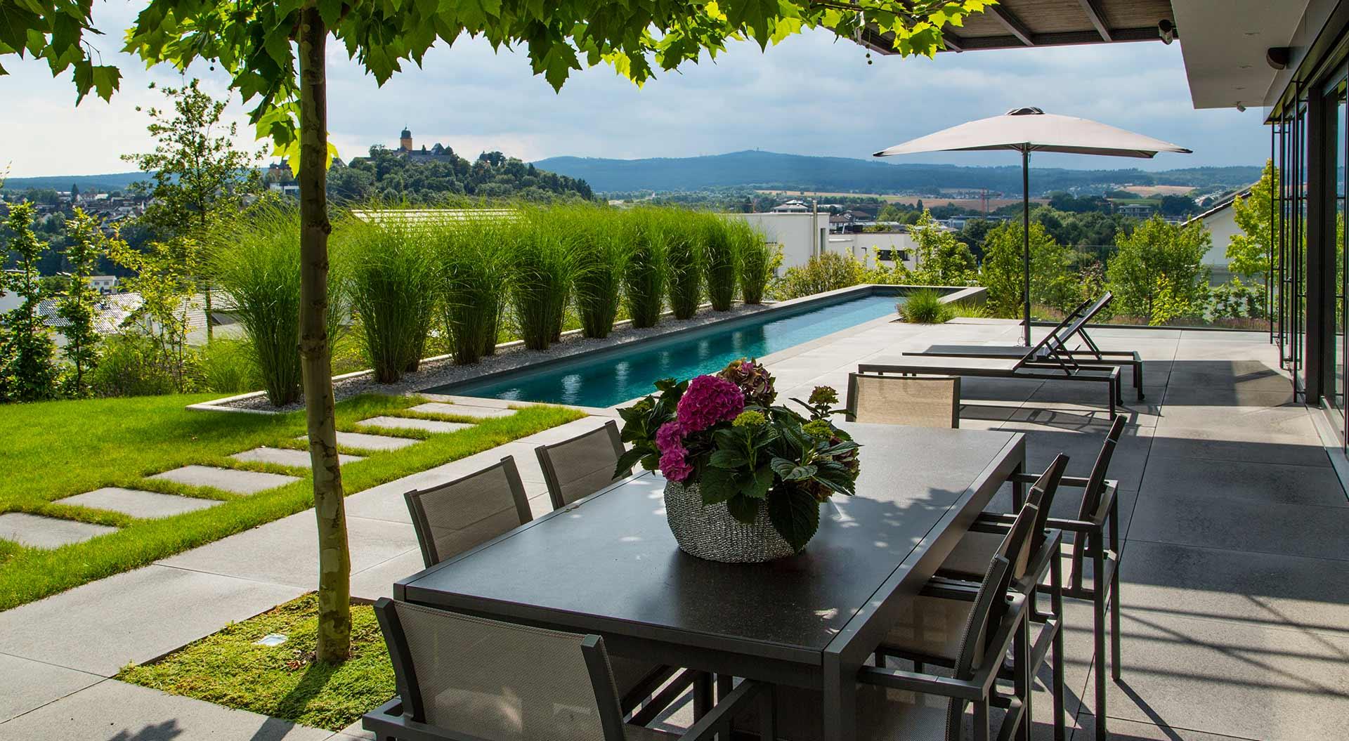 Terrasse neben Pool mit Fernblick