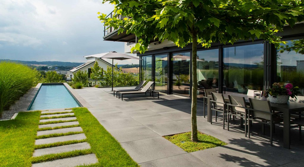 Moderne Terrasse mit Pool im Garten