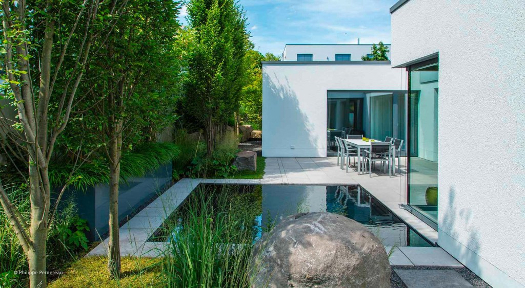 Pool an moderner heller Terrasse