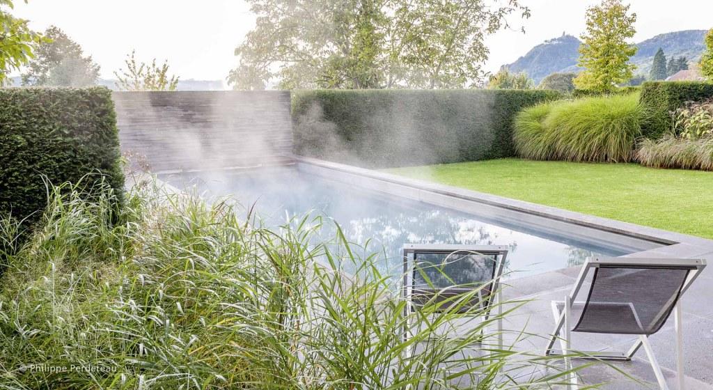 Dampfender Pool im Garten am Rhein