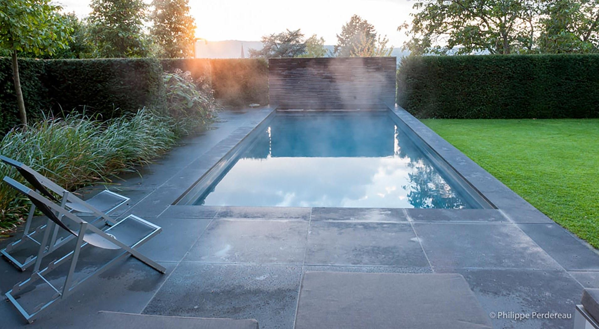 Dampfender Pool im Garten bei Sonnenuntergang
