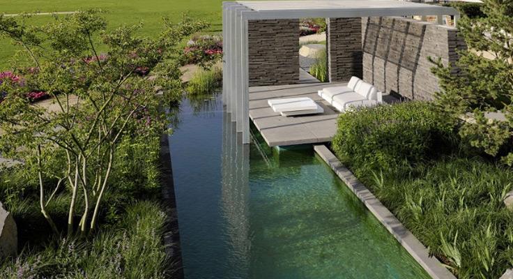 Außergewöhnlicher Lounge-Bereich zwischen Pflanzen und modernem Teich