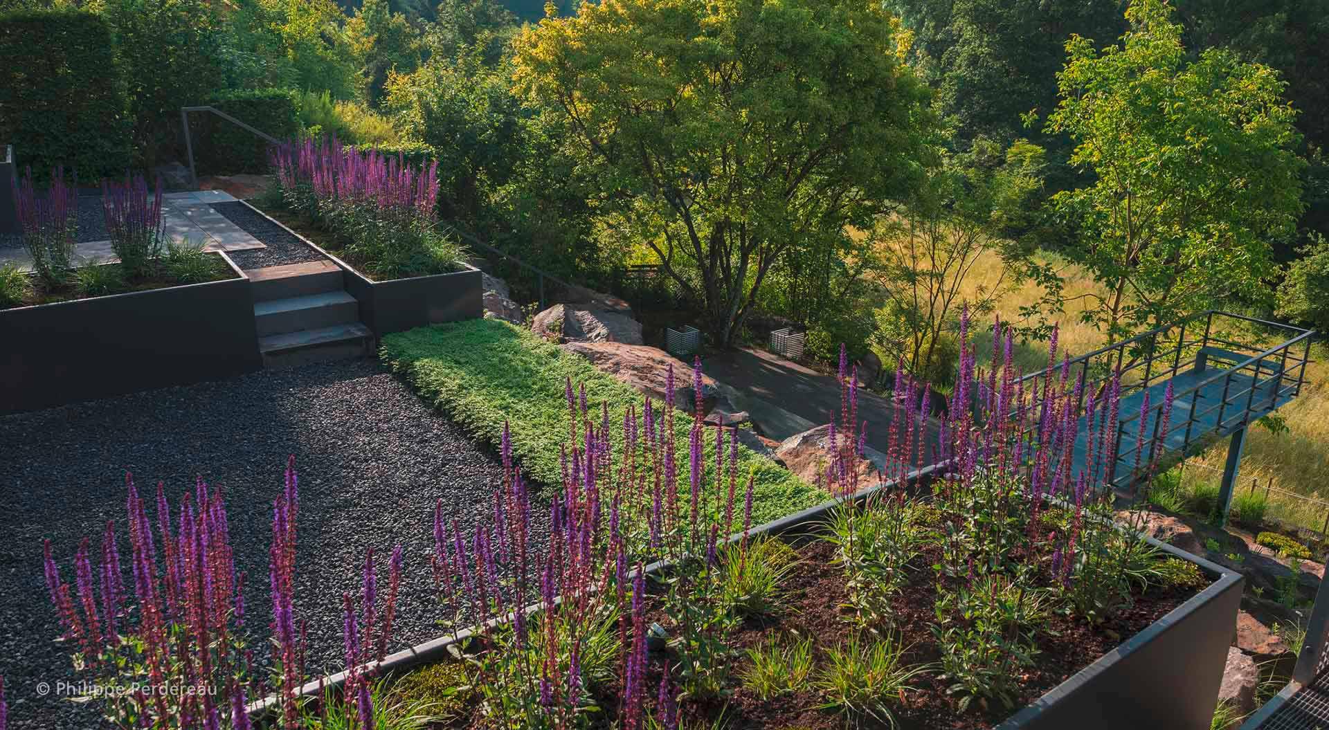 Eiserner Aussichtssteg, welcher an modernen Garten angrenzt