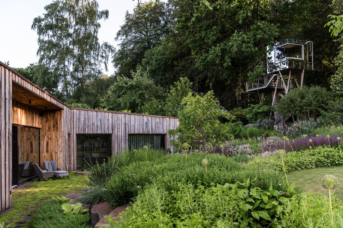 Herrlicher Holzbungalow umgeben von Wald und Stauenpflanzungen