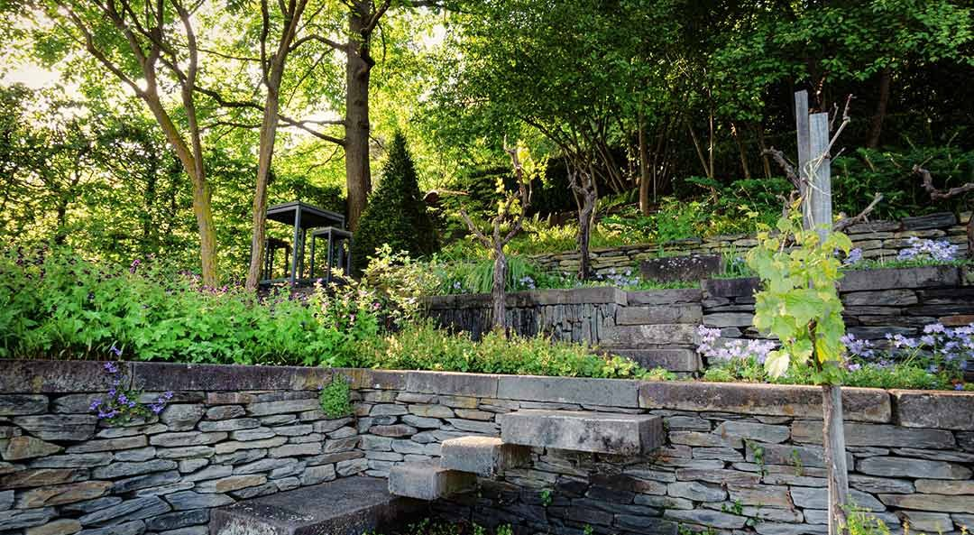 Natursteinmauern dank Treppenstufen begehbar, kombinert mit Pflanzenvielfalt