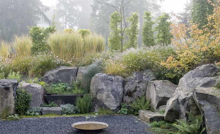 Blick auf einen Hanggarten im Nebel