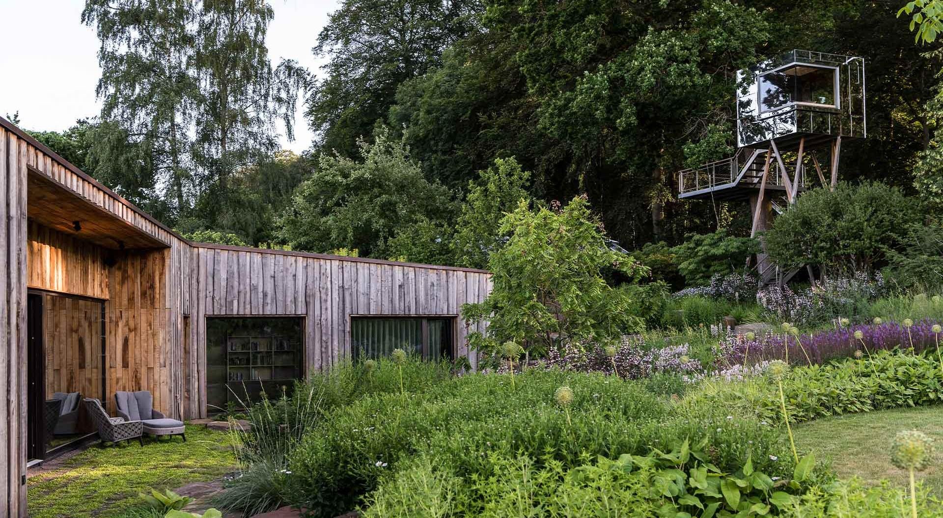 Blumen, Pflanzen, Sträucher und Bäume sorgen für abwechslungsreiches Gartenbild