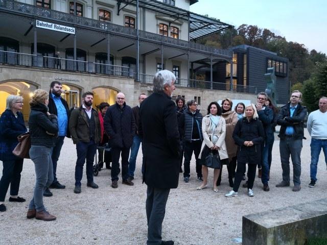 Peter Berg erläutert den Gästen den Japangarten des Arp Museums Remagen der extra für die Japanausstellung angelegt wurde