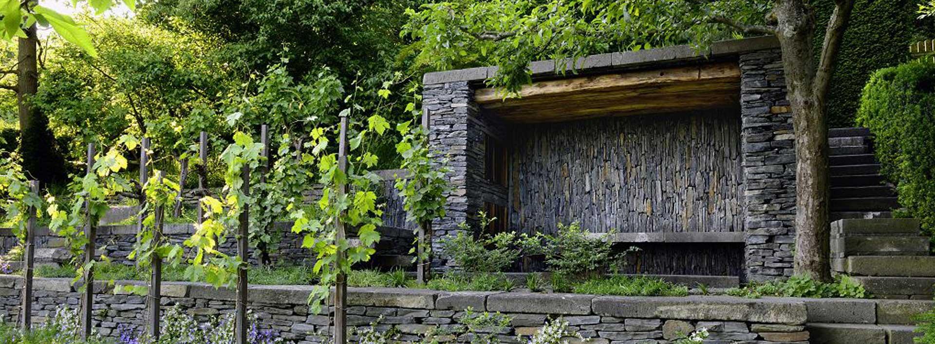 Gartenhaus aus Naturstein in Peter Bergs eigenem Garten