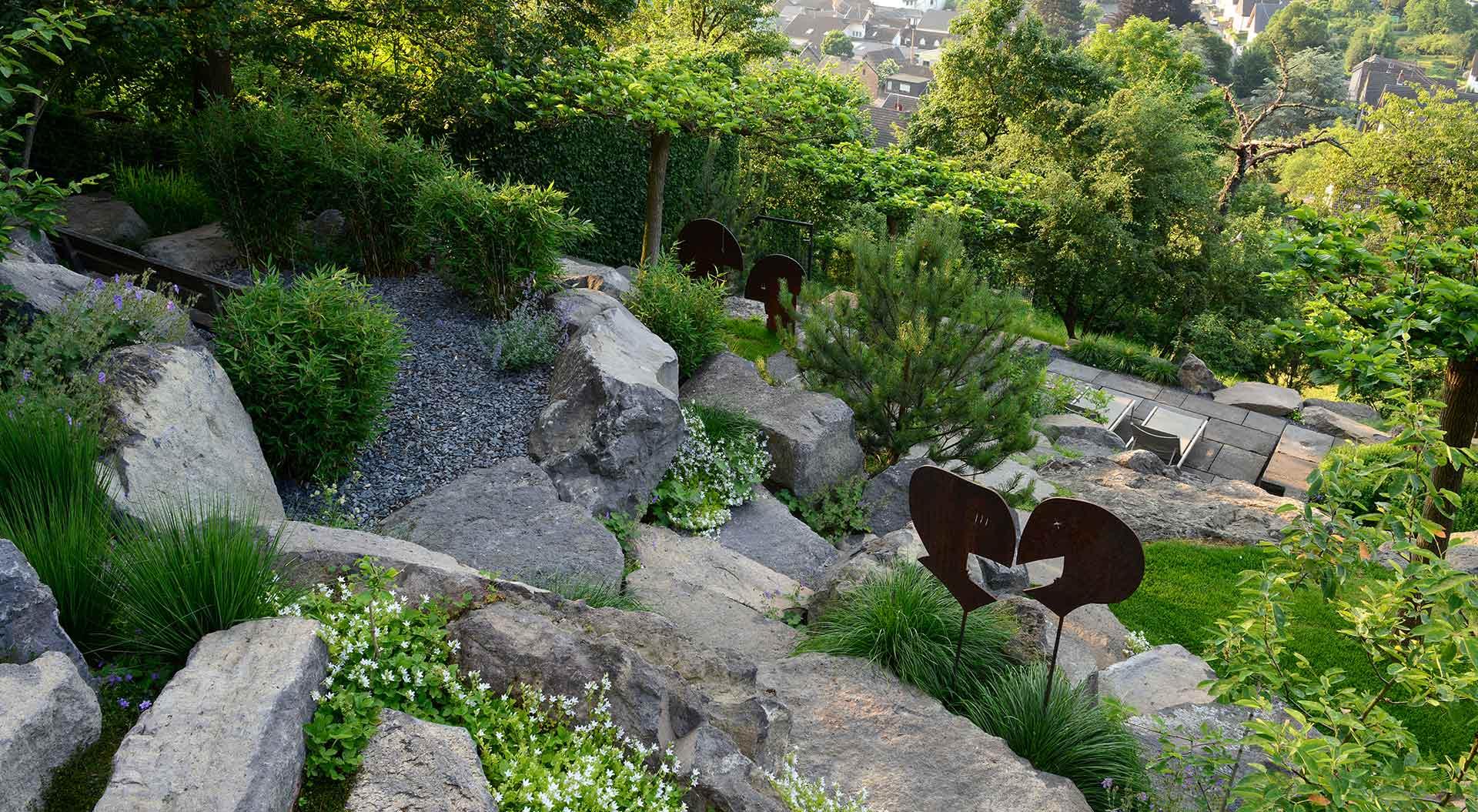 Sicht von oben auf Garten mit Weitblick