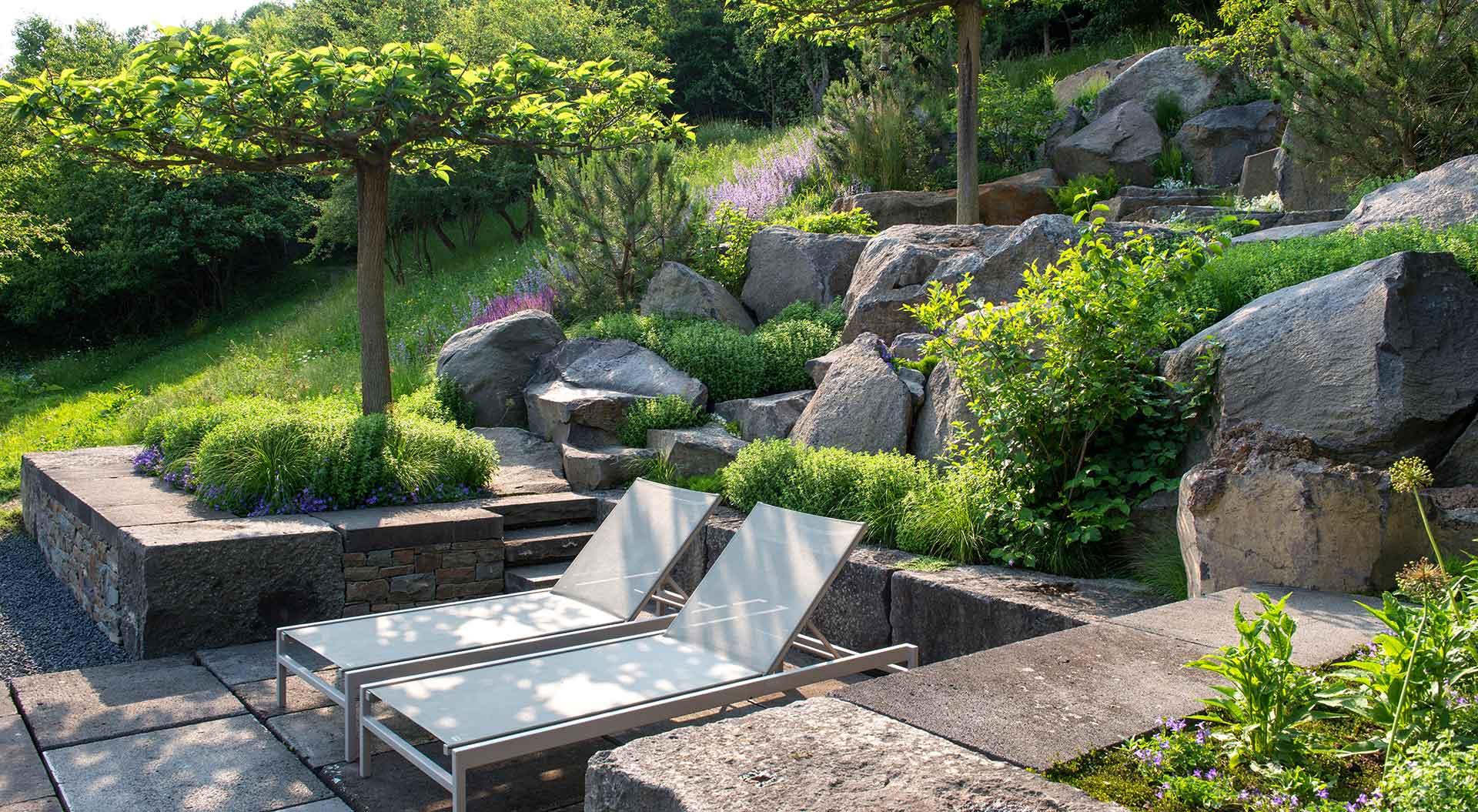Liegeplätze im steinigen sowie grünen Hanggarten