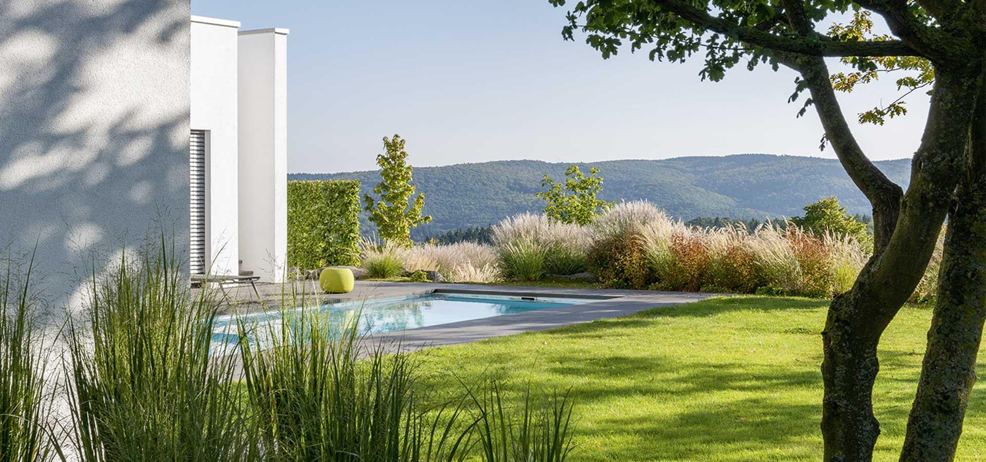 Privatgarten mit Pool und Fernblick