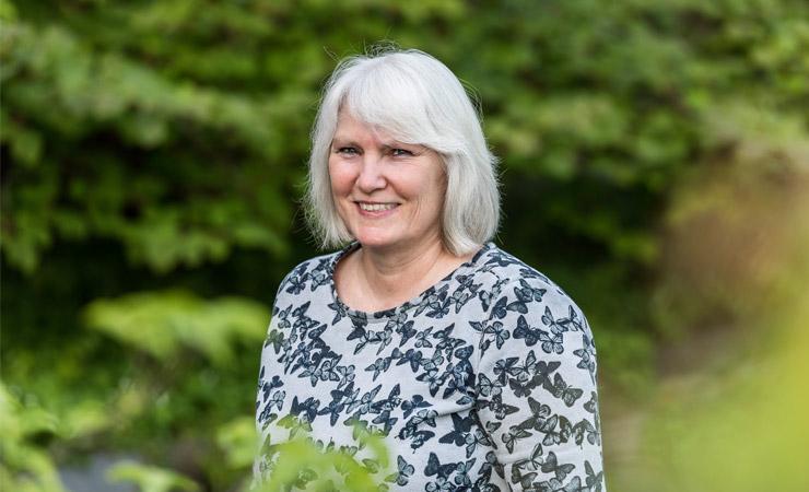 Management-Mitarbeiterin Simone Ries in Gartenumgebeung