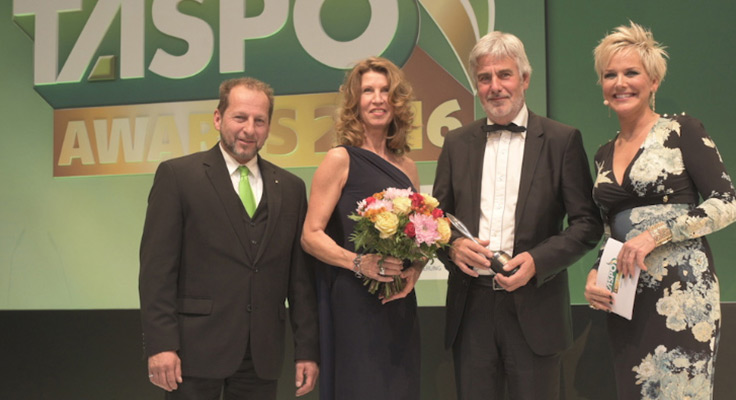 Peter Berg steht auf der Bühne und bekommt Award überreicht
