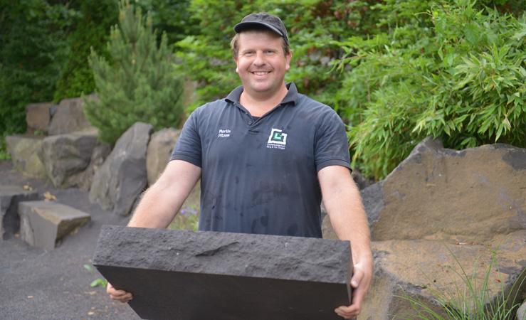 Martin Pitzen als Allrounder im Team mit Steinplatte in der Hand