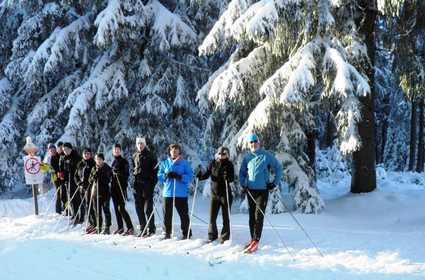 Team beim Skilaufen im Schnee